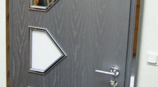 Zimmertür mit Formlichtausschnitten