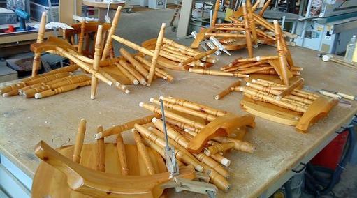 Teile von zerlegten Stühlen vor der Neuverleimung