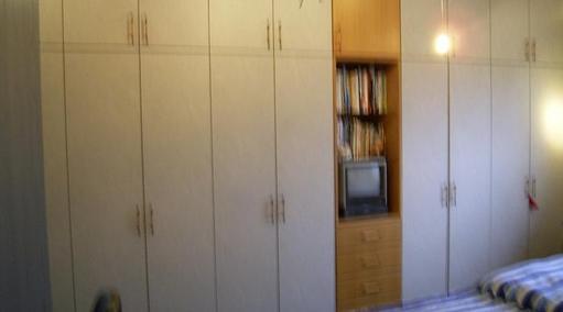 Kleiderschrank mit Fernsehfach in Buchenholz