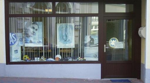 Schaufenster mit Ladeneingang Ausführung in Kunststoff Mahagonidekor