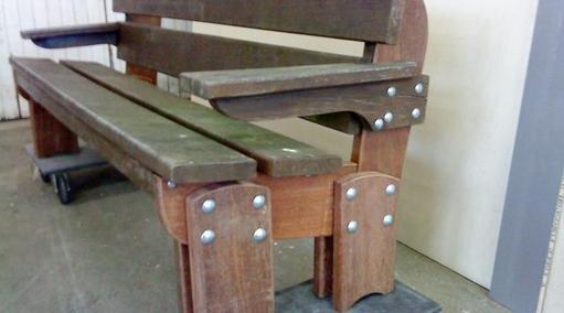 Erneuerung von Holzteilen einer Sitzbank