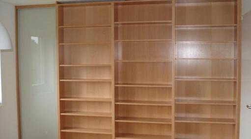 Bücherregal mit linksseitigem Durchgang mit IN-OUT-Schiebetür