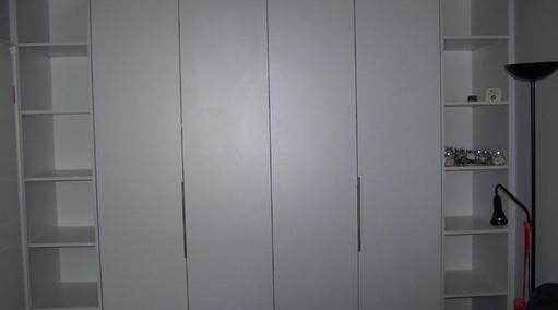 Falttürenschrank mit offenen Regalteilen in weiß beschichtet