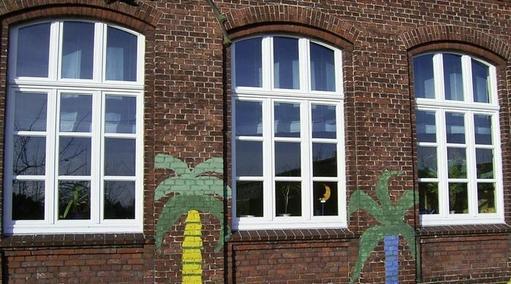 Holzfenster mit Stichbogen und Sprossen im Altbau