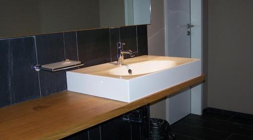 Waschtisch mit aufgesetztem Becken