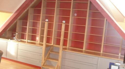 Giebelwand mit begehbarem Bücherregal