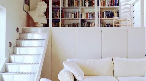 Treppenaufgang mit Bücherwand